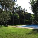 Giardino esterno con piscina